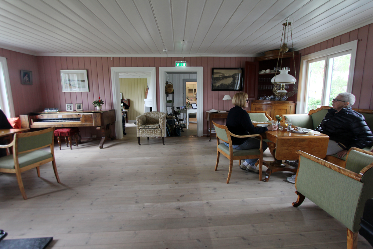 Restauranten består av et gammelt hus, hvor de gamle rommene er bevart.