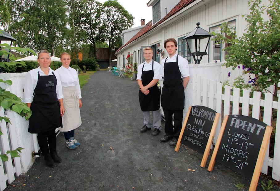 Hedda Valen, Tonje Garberg, Liridon Osmani og Emil Skuterud ved inngansgporten til Spisehuset.