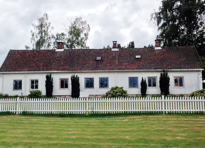Verneverdige Sætre gård ligger et steinkast fra havna, midt i sentrum.