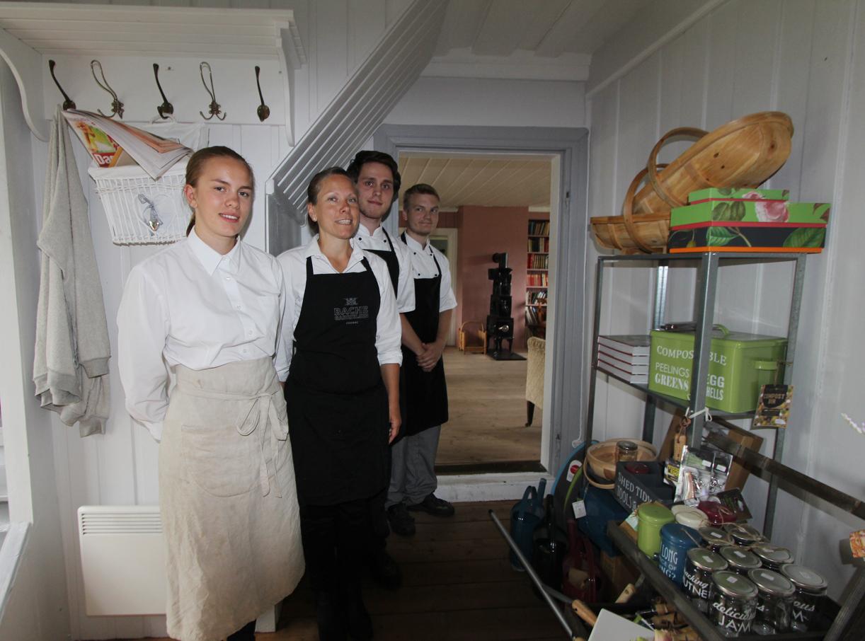 Hedda,Tonje, Lirdion og Emil ønsker velkommen til Spisehuset og Sætre gård.