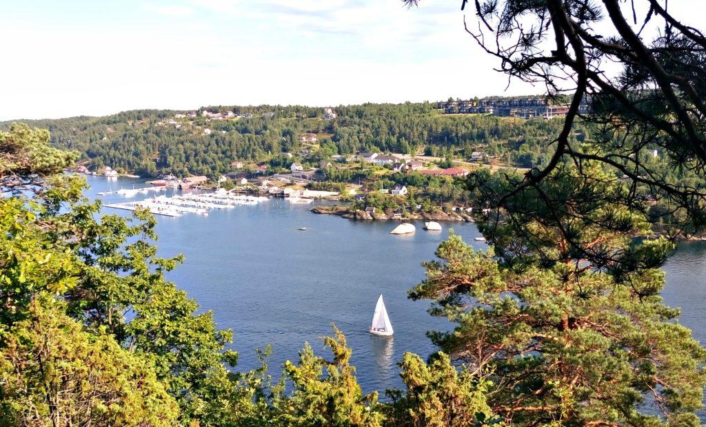 Kragerø spa Resort på Stabbestad har foruten hotellet, øverst til høyre i bildet, også gjestehavn og en flott beachclub med saltvannsbasseng, stupebrett, klatrevegg og restuarant med mer. Her med utsikt fra toppen av Tåtøy.