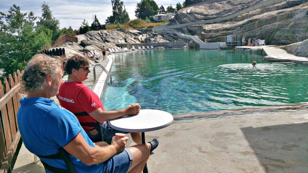 BASSENGKAFE: På Lovisenberg kan du nye kaffe på kanten etter endt svømmetur.