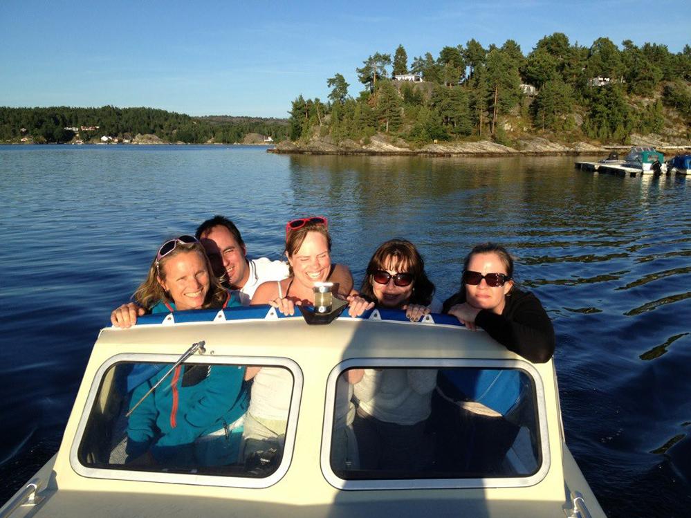 Snekkemoro i vår gamle HB 21 med barndomsvenner og følge i Hellefjorden 2012.