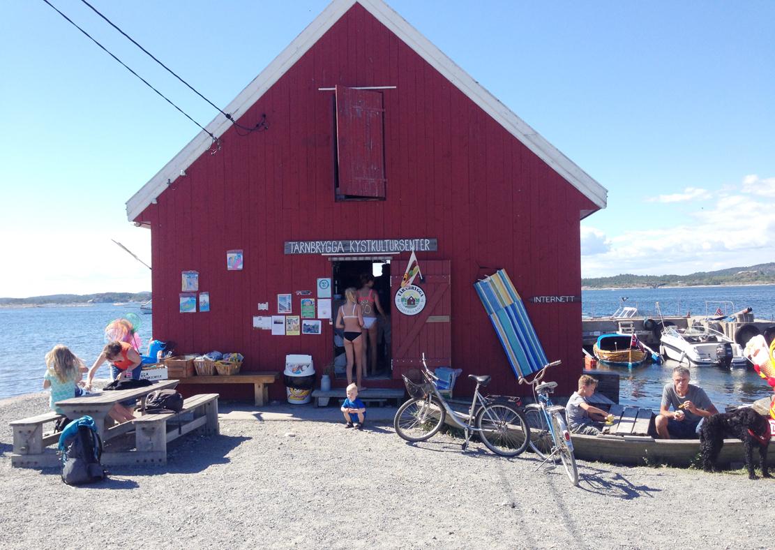 Kystkulturesenteret på Tårnbrygga har ansvaret for gjestehavnen og er samlingsted for øy- og båtfolket.