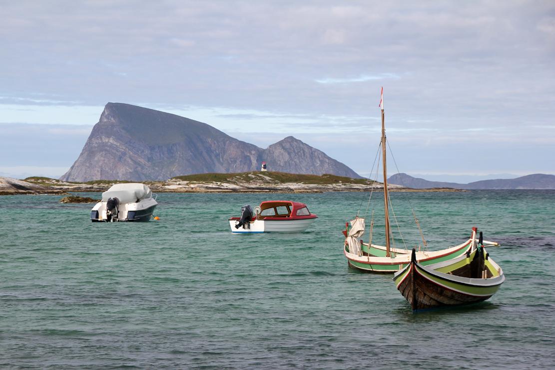 Moderne og tradisjonelle båter i en av lagunene. Håja i bakgrunnen.