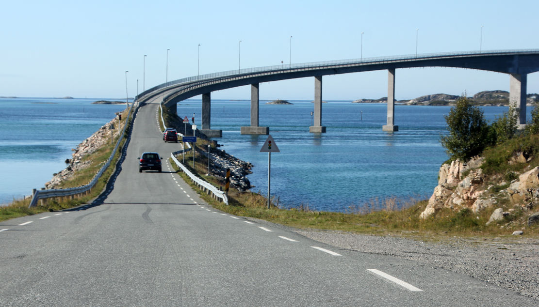 Sommarøybroa på 522 meter forbinder Sommarøy med Kvaløya. Bora har bare ett felt, som reguleres med lys. De virker dårlig i mye vind, noe som ikke er så uvanlig..