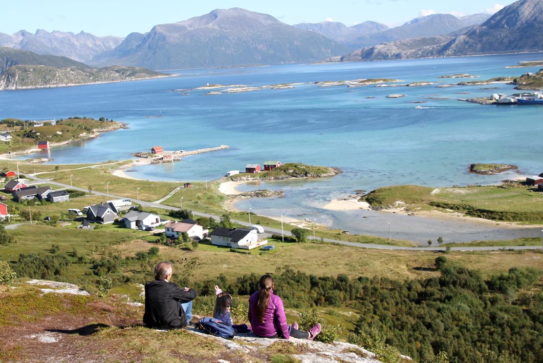 Halveis opp til Hillesøytoppen har man allerede flott utsikt over skjærgården innafor, med Kvaløya i bakgrunnen.