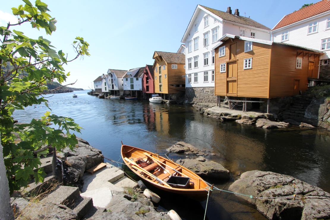 Lakseelva Sokna renner forbi den gamle trehusbegyggelsen og ut i Nordsjøen.