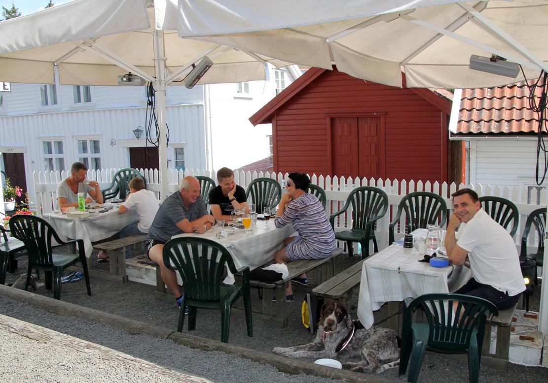 På verandaen serveres lapper, kaffe, is og brus.