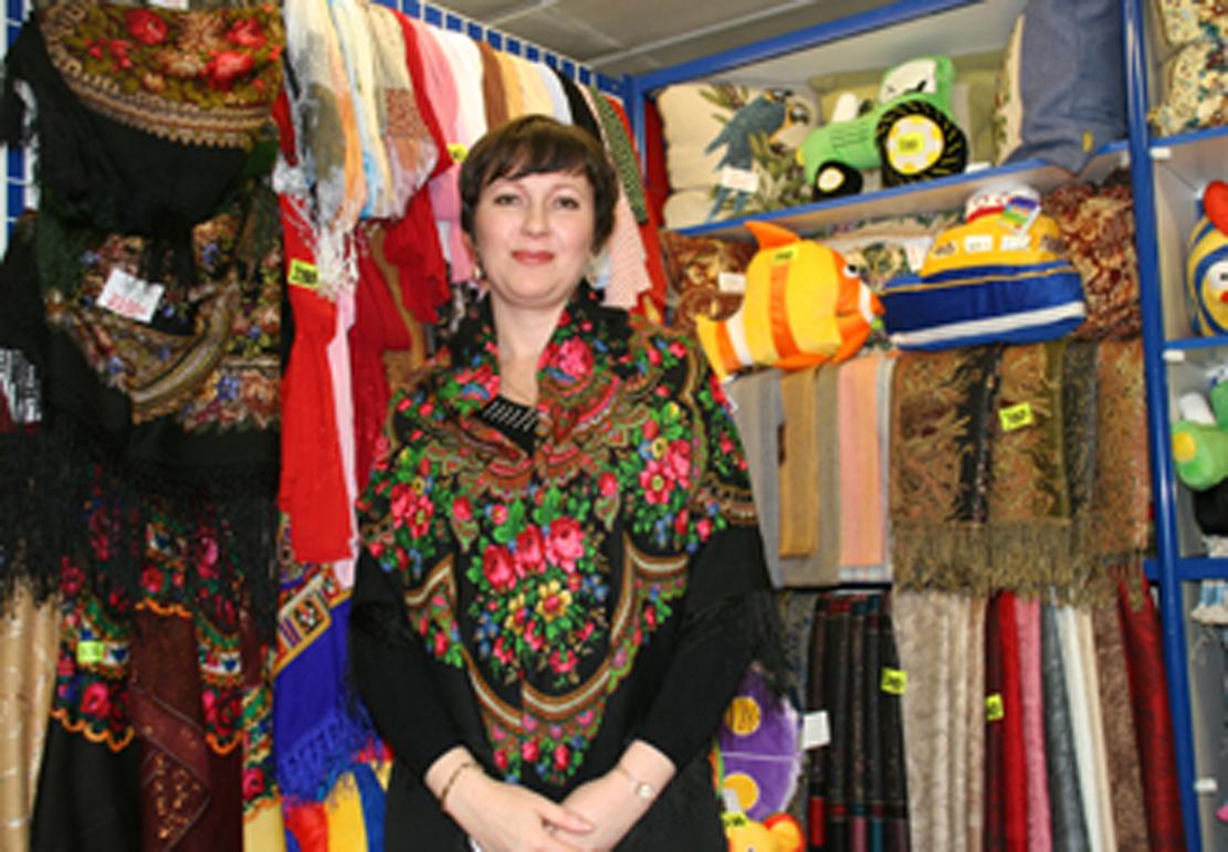 Damen vi skjøpte sjal av på Volna,her med sitt eget favorittskjerf.