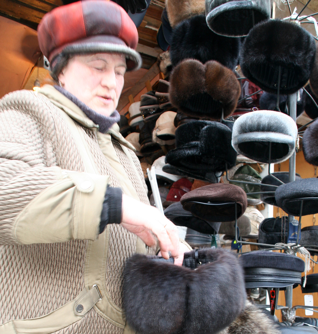 Damen hilste oss velkommen og viste oss sine varme bjørnepelsluer.