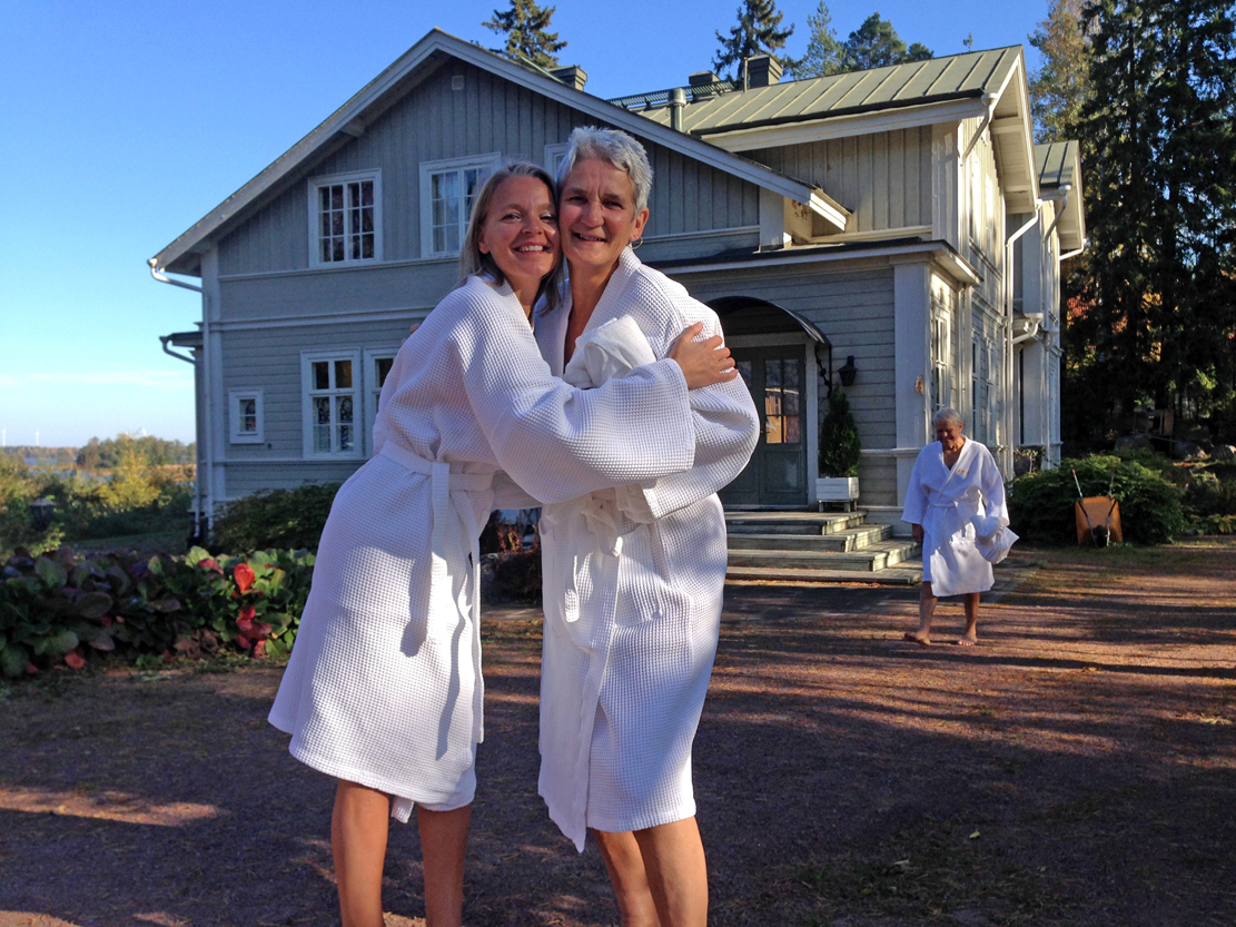 Katri (t.v) har levd store deler av livet i saunaen. På Hamar er hun ivrig bruker av badstua på Ankerskogen svømmehall.