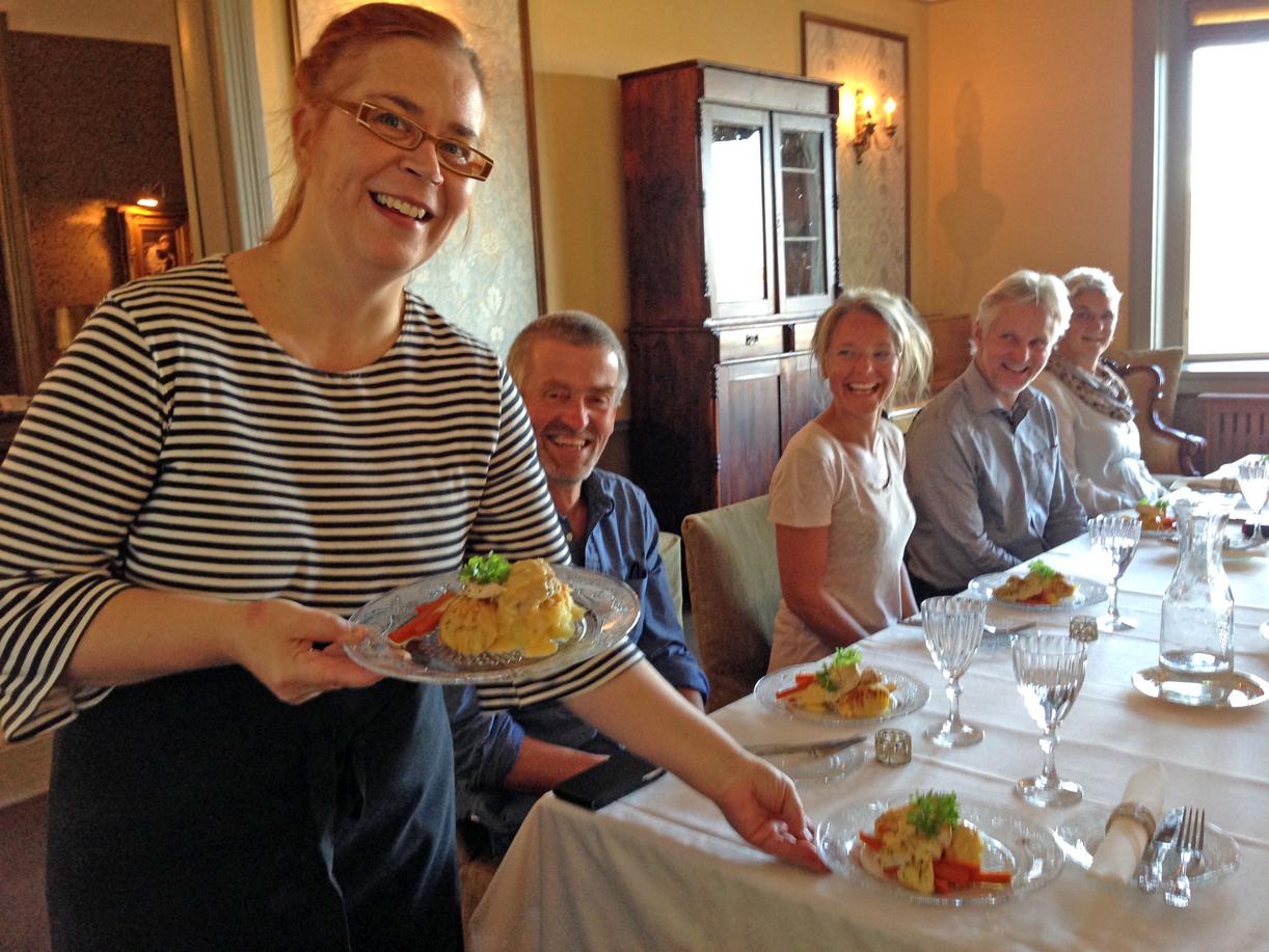 Seansen ble avsluttet med nydelig lunsj i hovedhuset fra 1870-årene. Innehavre Marika Goman servere, mesn mannen lager maten.