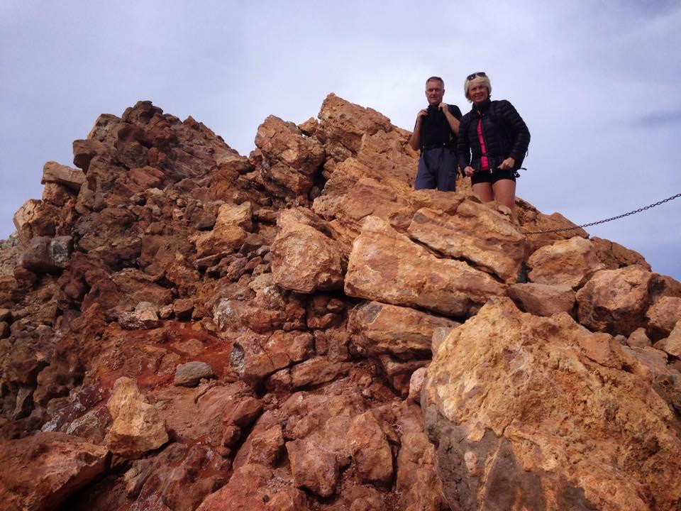 Torill og Kjell dukker plutselig opp mellom steinene på toppen.