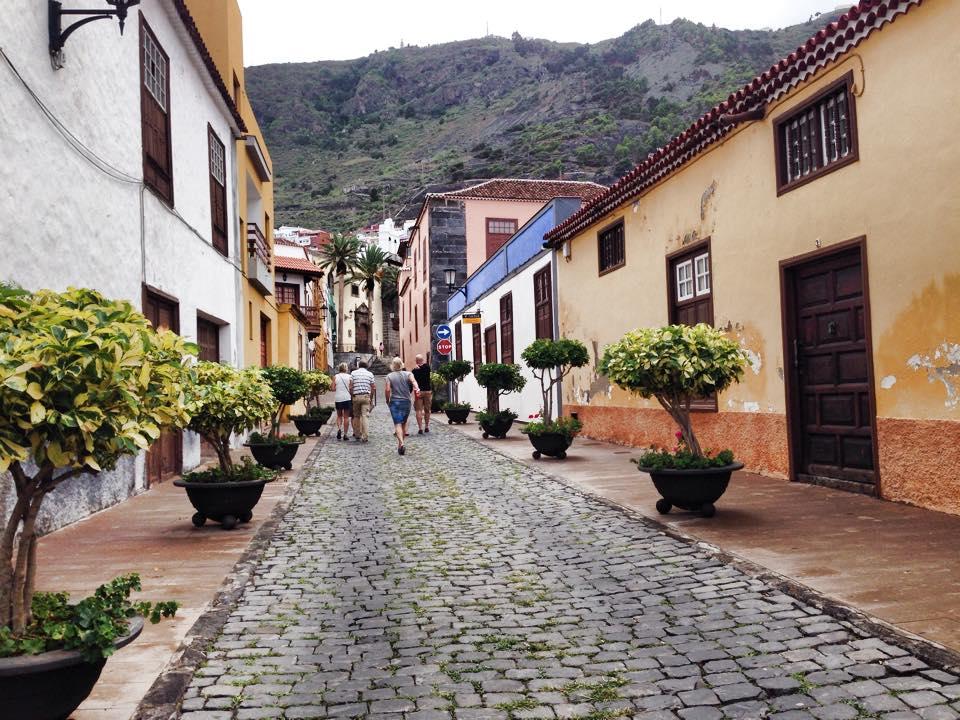 Brolagte gater i sentrum.