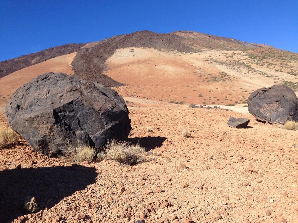 Første delen av turen går gjennom et skiftende og fargerikt lavalandskap.