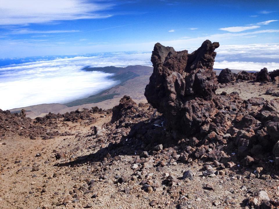 stilige lavaformasjoner på ca 3200 meter. Herfra lå det små flekker med is og nysnø i skyggefulle kroker.
