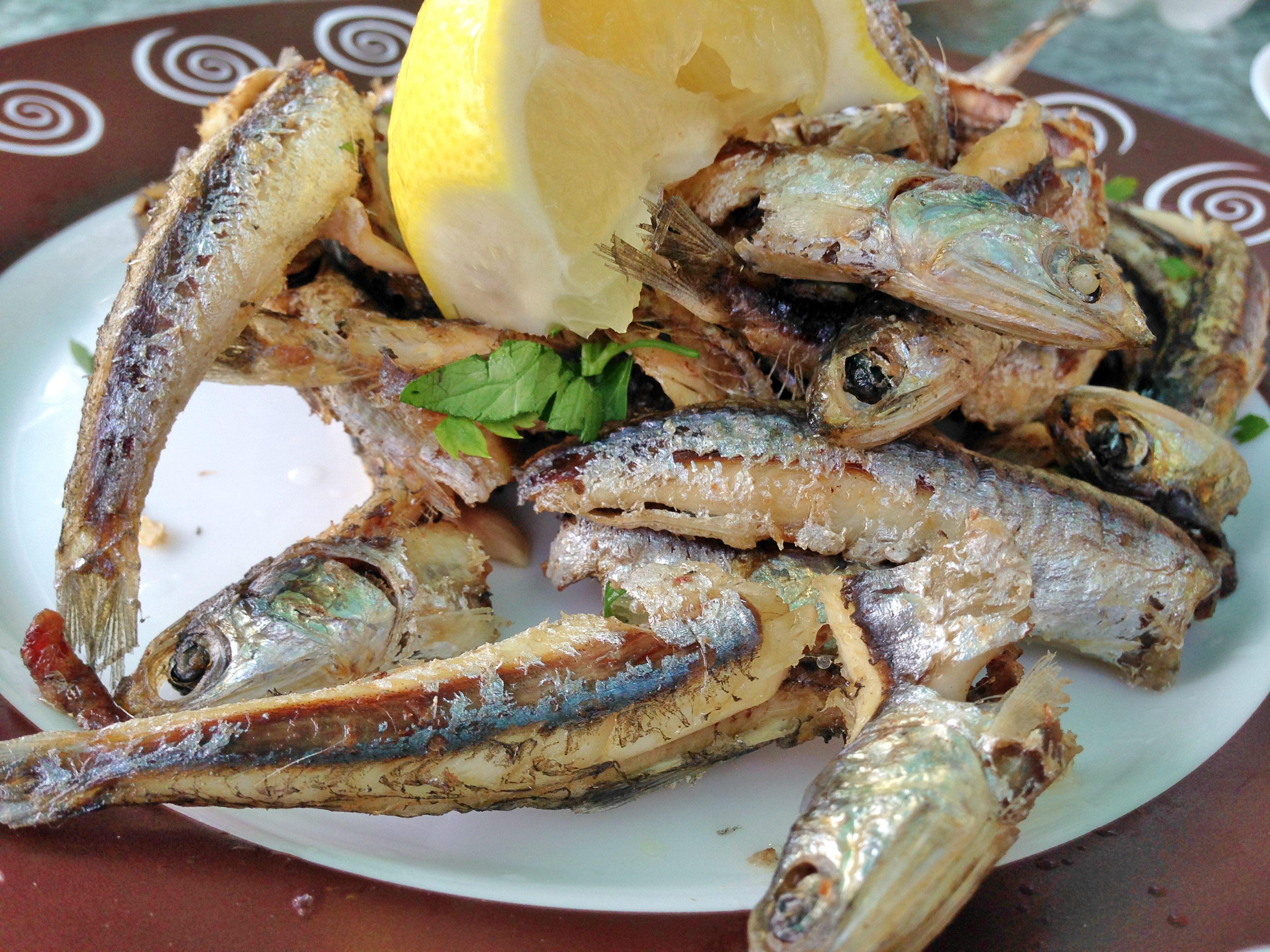 Sprøstekt fisk med sitron. Med eller uten kanaripoteter og mojo.