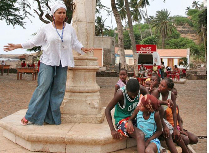 Ungdommene lytter nysgjerrig når Nilza forteller om slavehandelen.