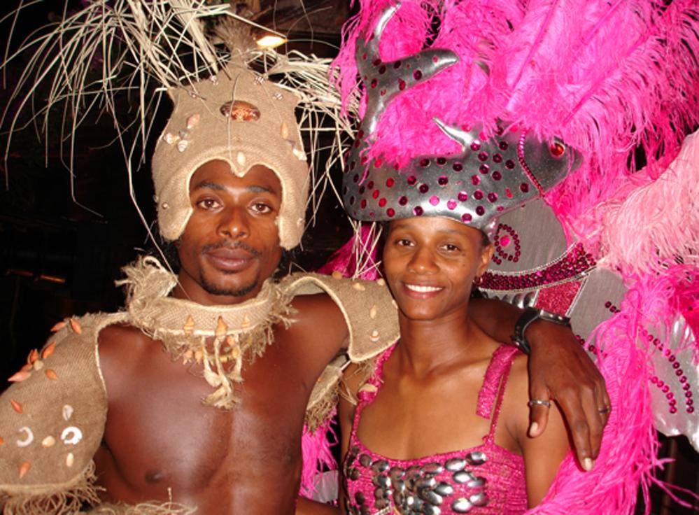 På dansestedet Pirata ble vi møtt av dette fargerike paret i døra.