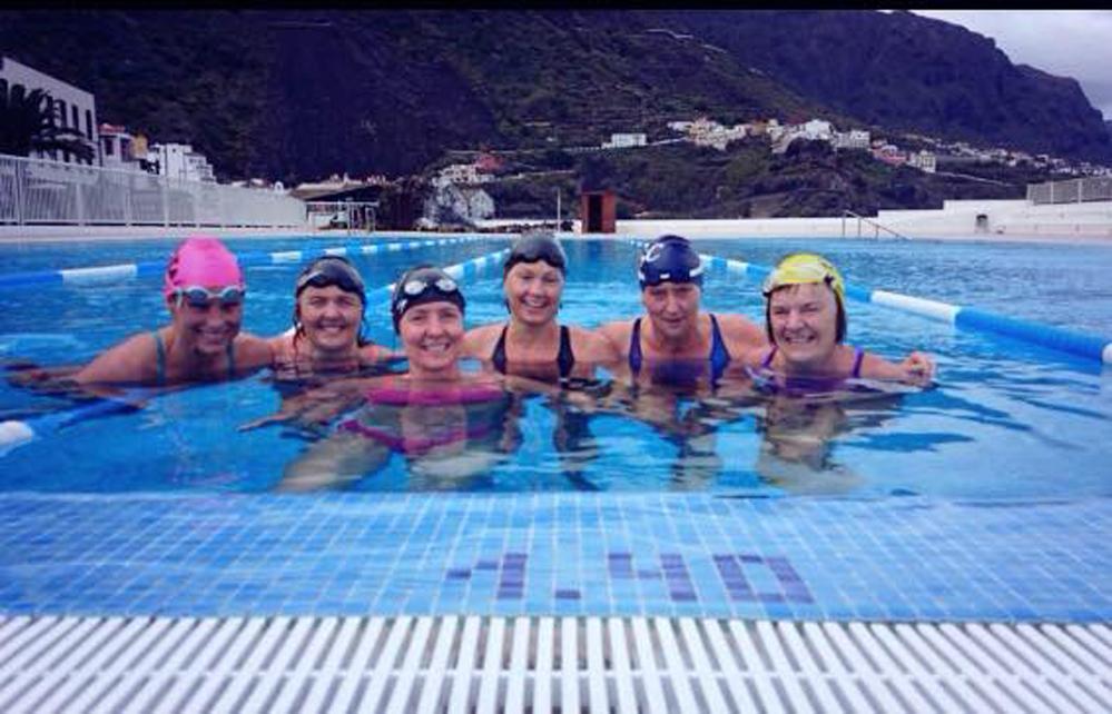 Badenymfene fra Volda, Asker og Bergen fikk testet det lokale bassenget. Det var kaldt, men friskt og rent!