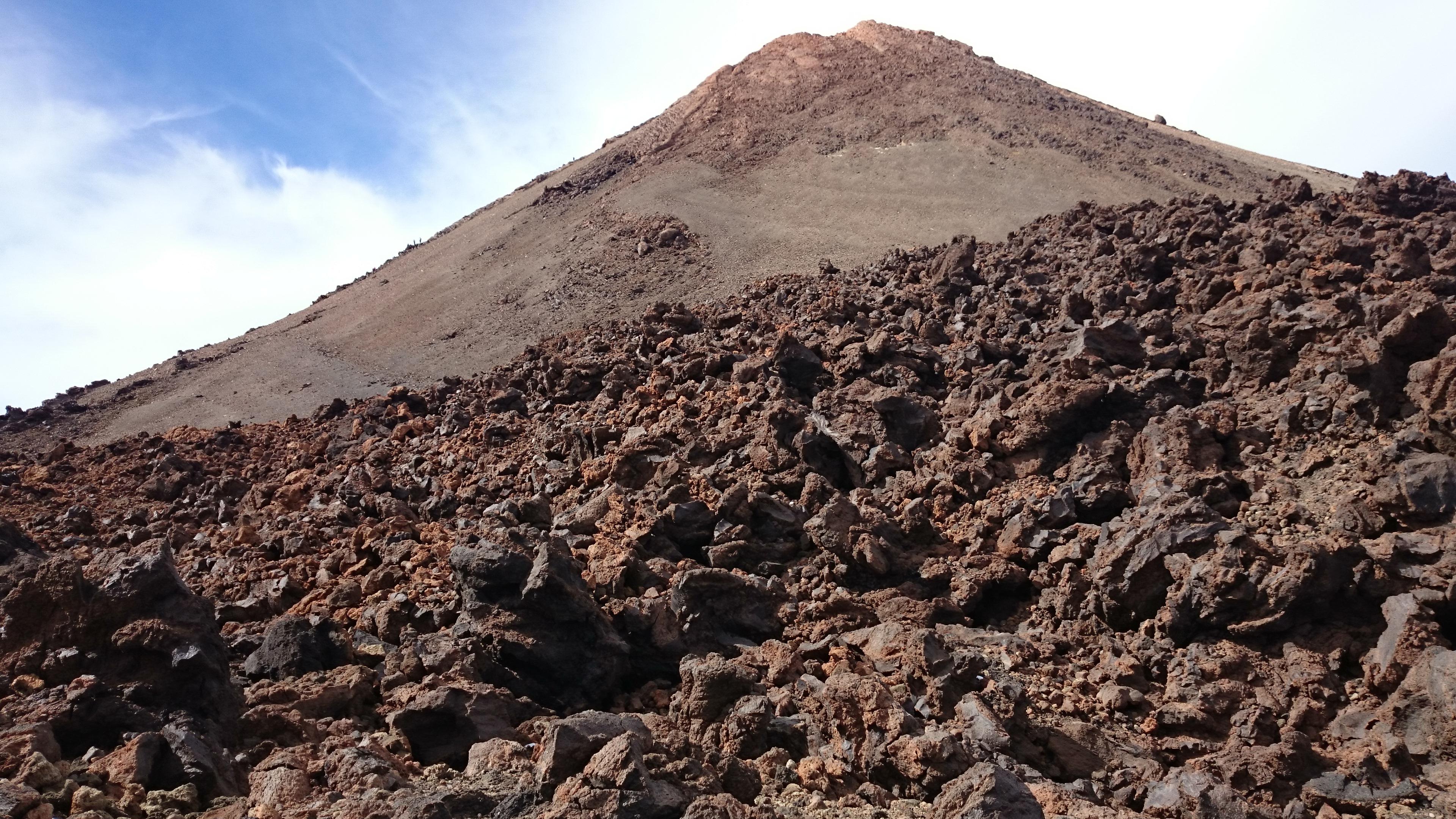 Størknet lava omgir fjellet.