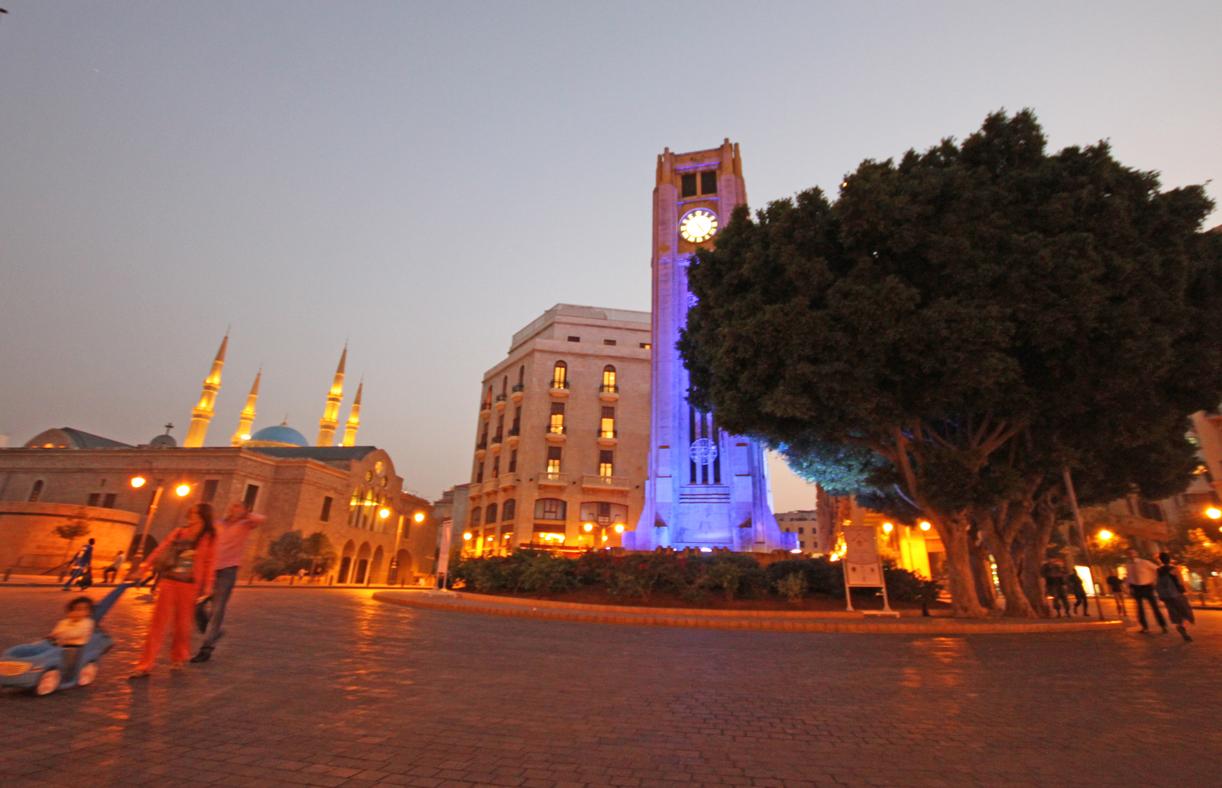 Sentrum med «Big Ben»-klokken som lyser blått om kvelden.