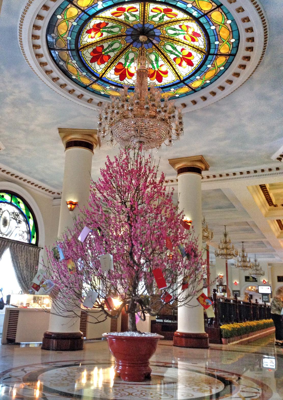 Lobbyen på hotel Majestic med et rosa nyttårtre med gode ønsker i midten. Detet var i feburar, i forbindelse med kinesisk nyttår.