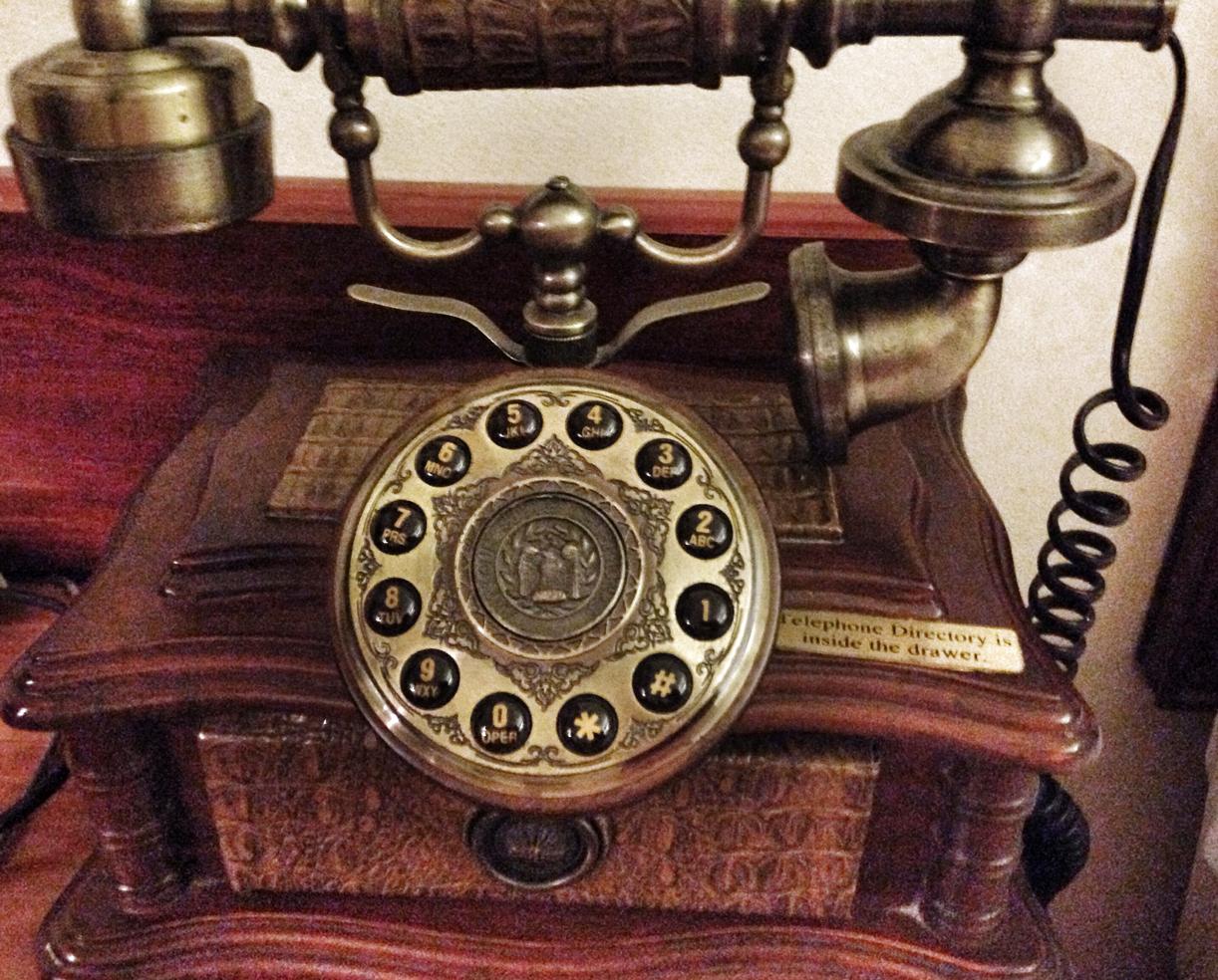 YES, DEN VIRKER: Telefonen på hotellrommet måtte selvfølgelig prøves. Og den funket, hvertfall til resepsjonen.