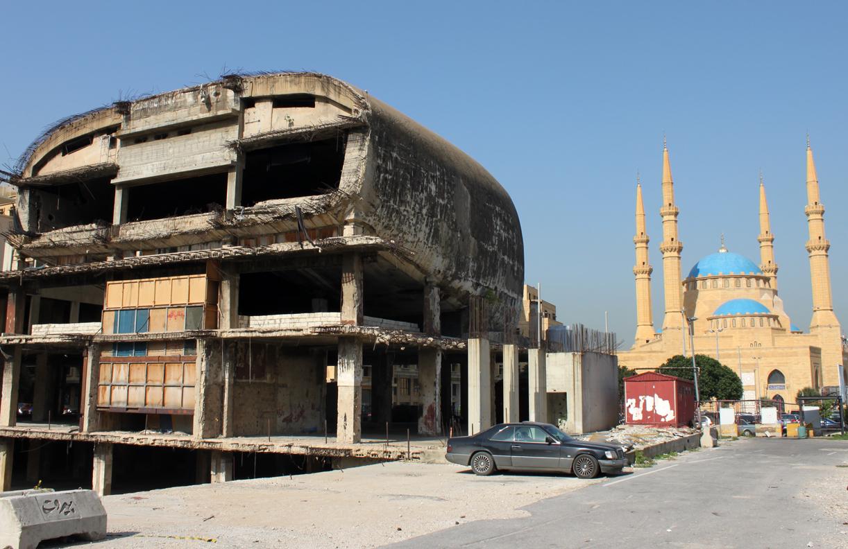 Mange av ruinene står urørte, side om side med nye moderne bygninger.