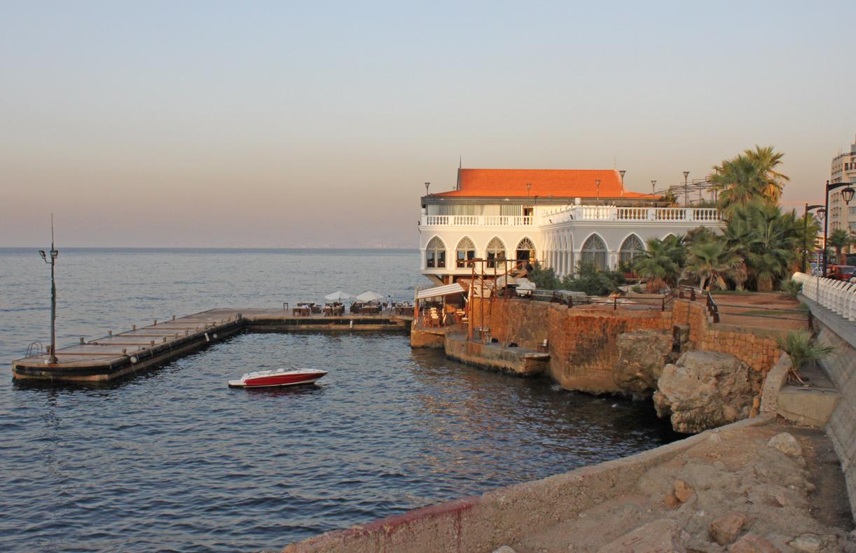 Franskinspirert havnerestaurant langs ved havnepromenaden.