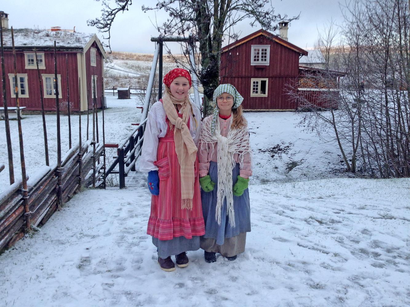 Blide julejenter på husmannsplassen.