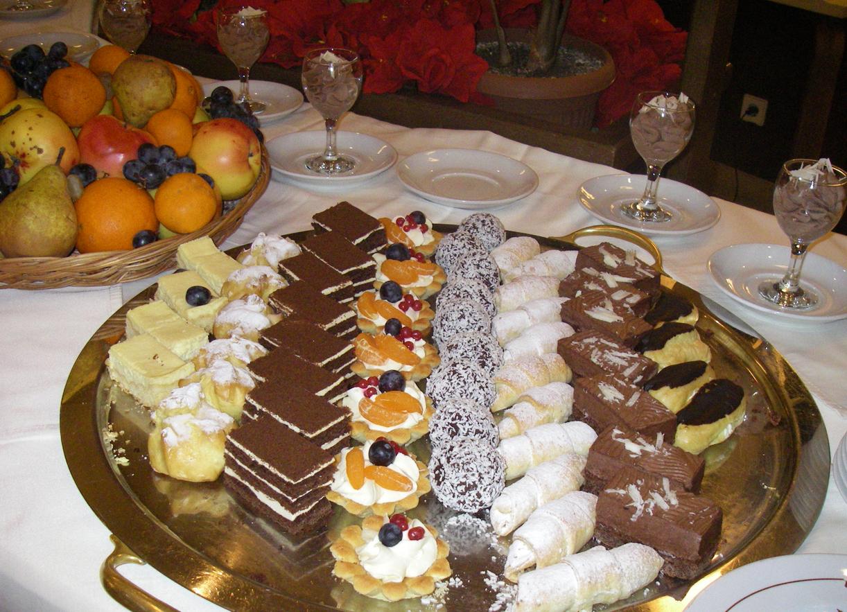 SØTT: Dessertbordet på hotellet står i stil med apetitten etter en dag i bakken.