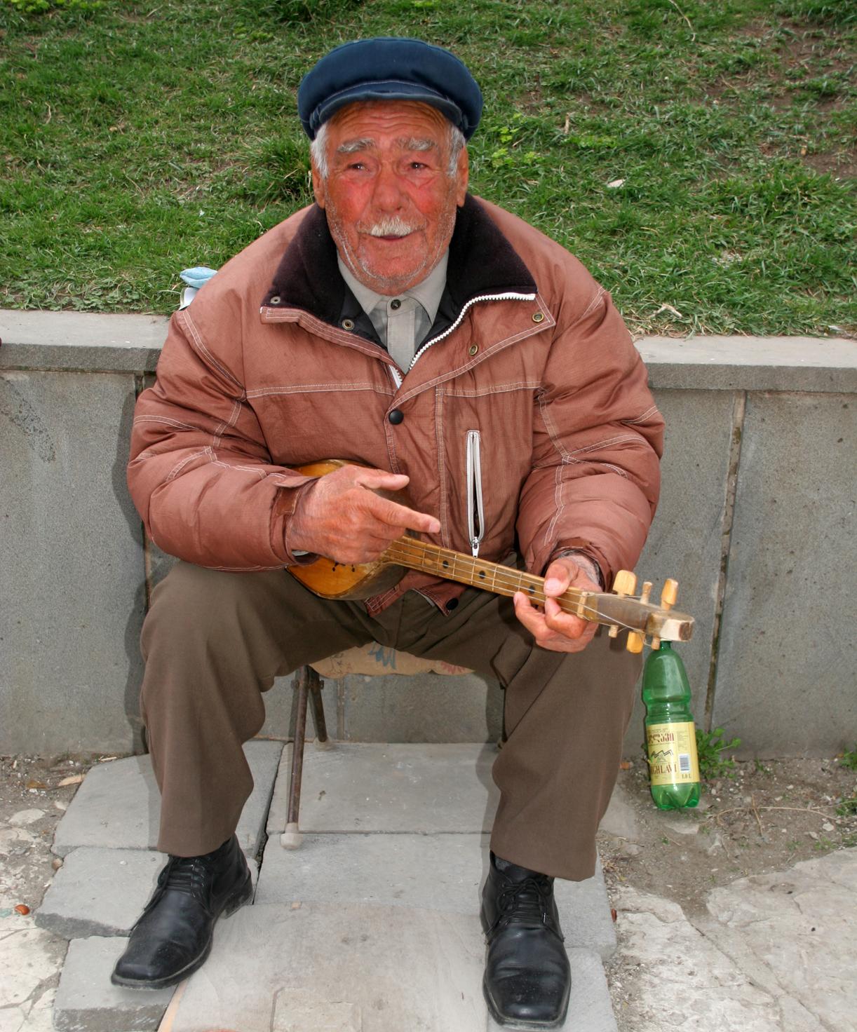 Gatemusikant foran kirken i Mtskheta.