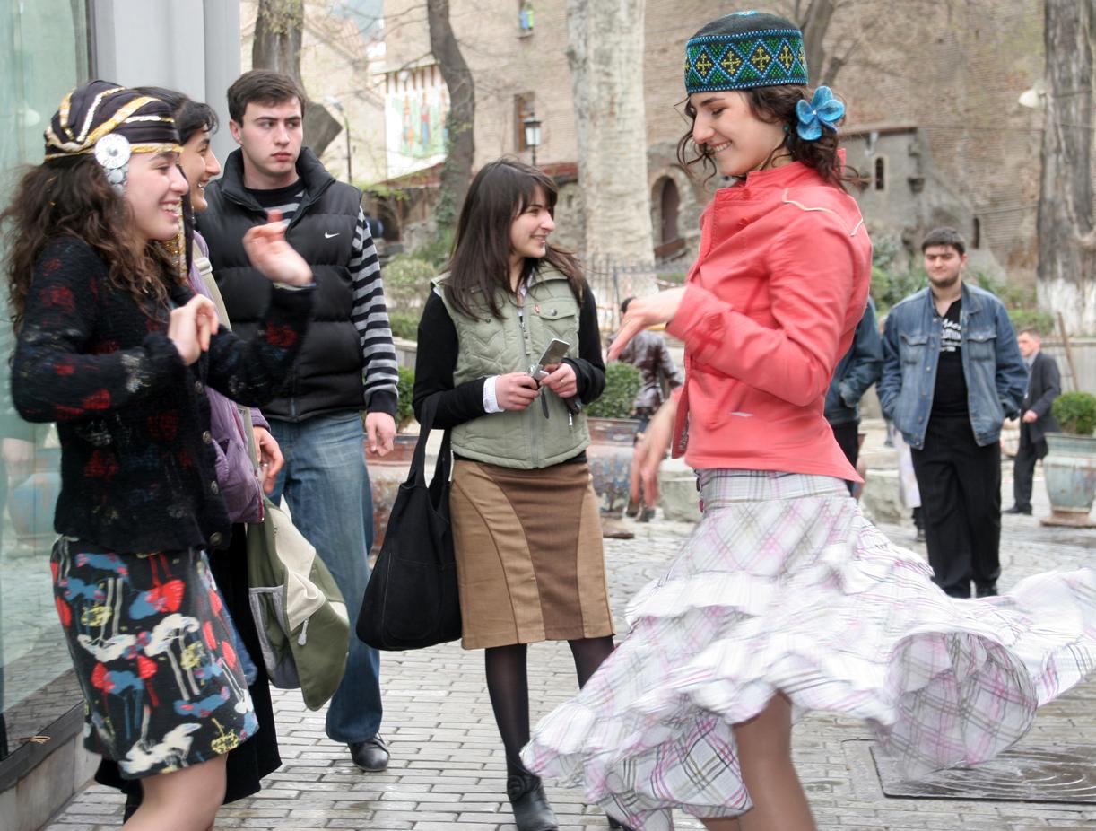 Dansende jenter i gamlebyen.