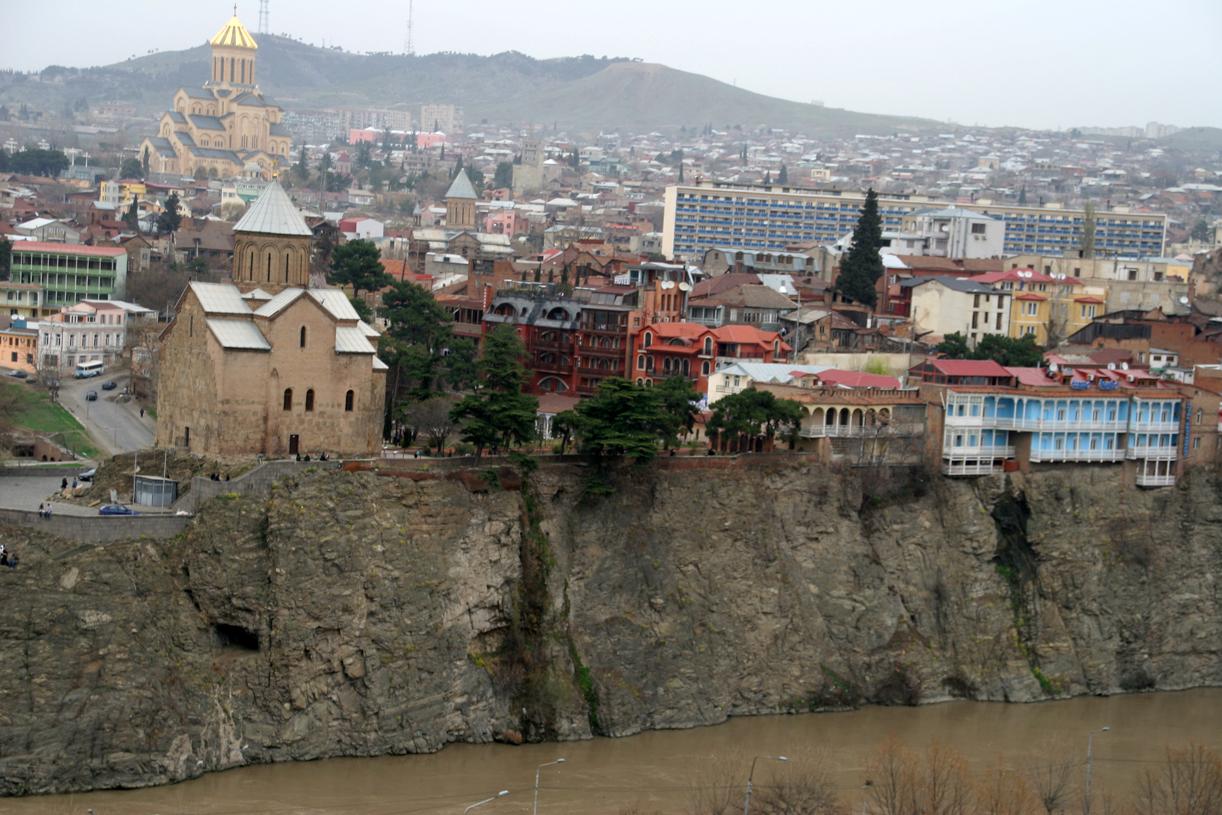 Tbilisi med elven Kura som munner ut i Det kaspiske hav.