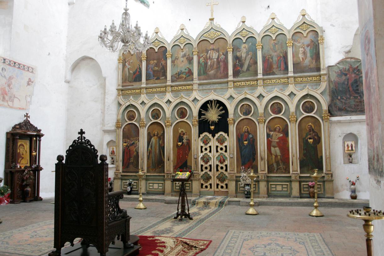 Under sovjettiden ble veggene kalket. Kalen er nå fjernet, og ikonene kommet frem igjen.
