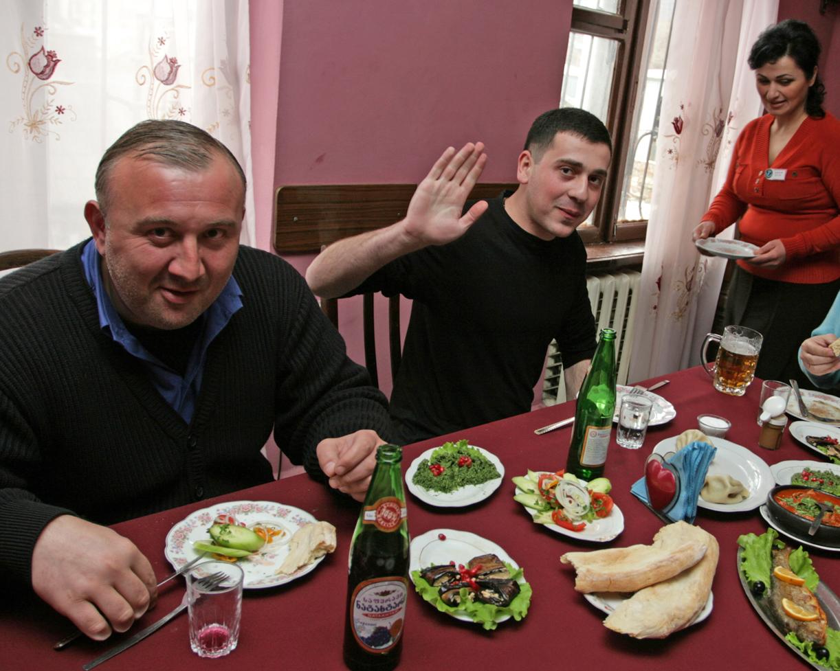 Lunsj på lokal restauranet i Gori sammen med guide og sjåfør.