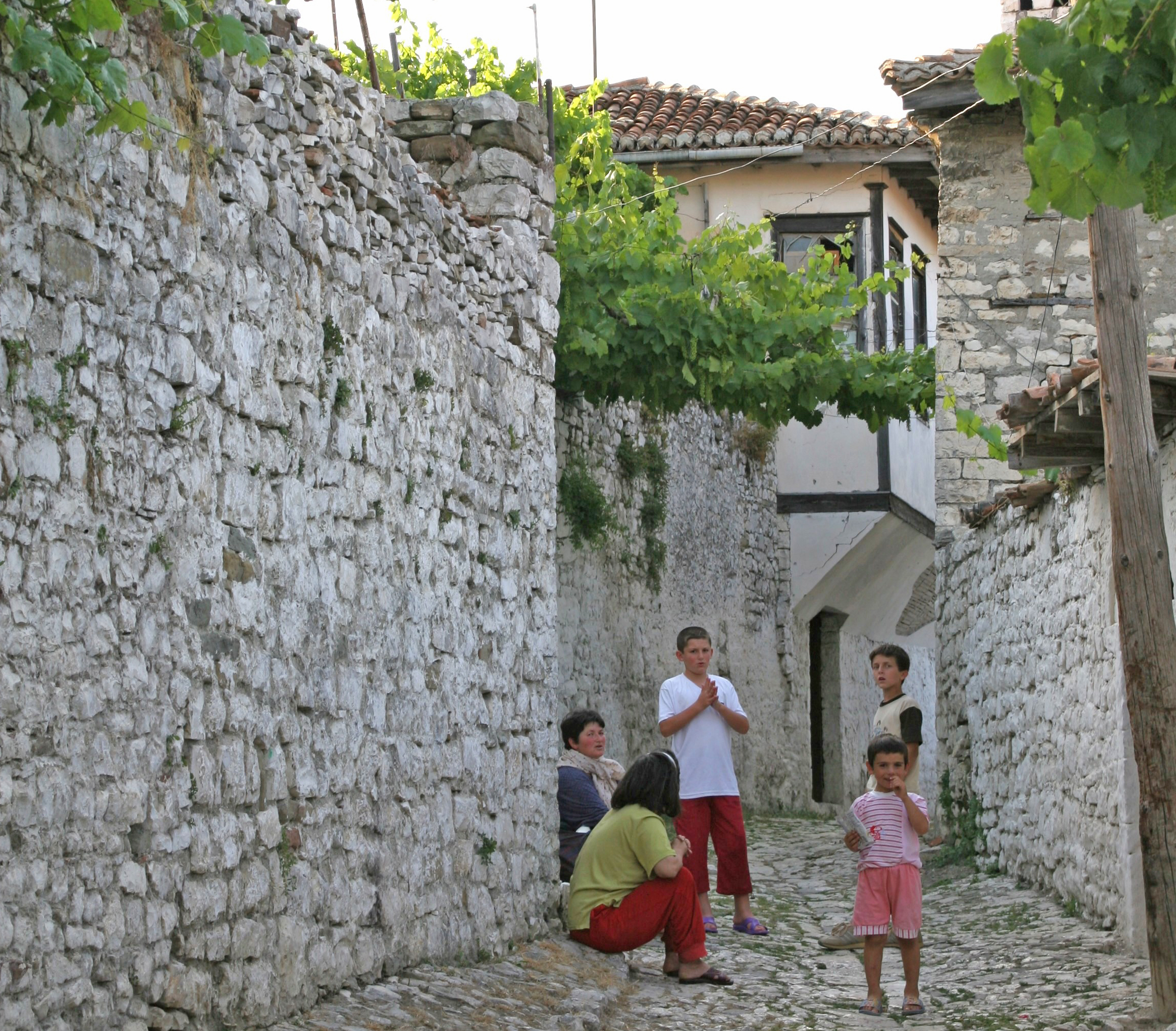 Brosteinidyll med vinranker i hagen i Beratis øverste del.