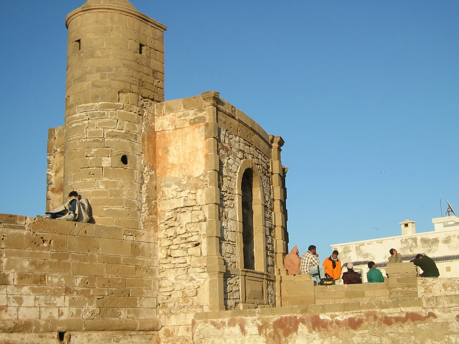 Fortet er møtplass når sola går ned i Essaouira.