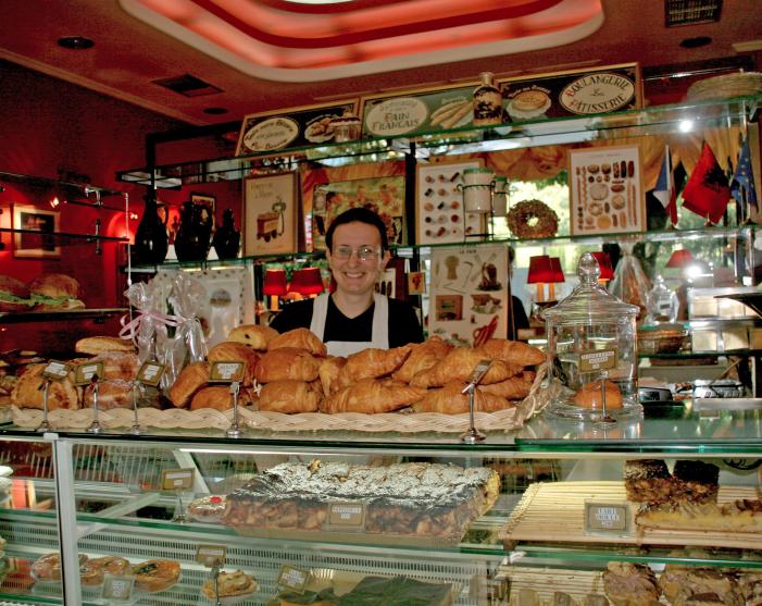 osiologistudent Viola påThe French Bakery i Tirana snakker flytende engelsk.