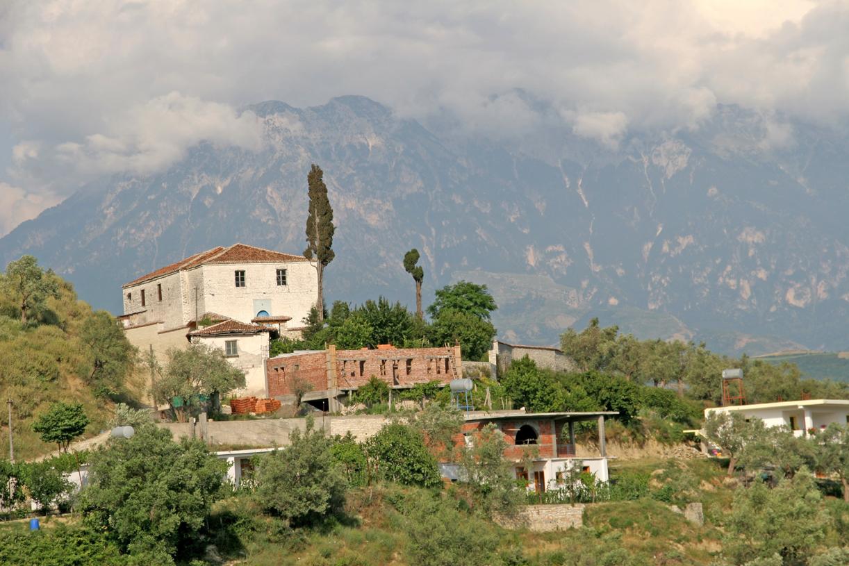 Fjellene ruver 2400 meter over havet rundt Berati.