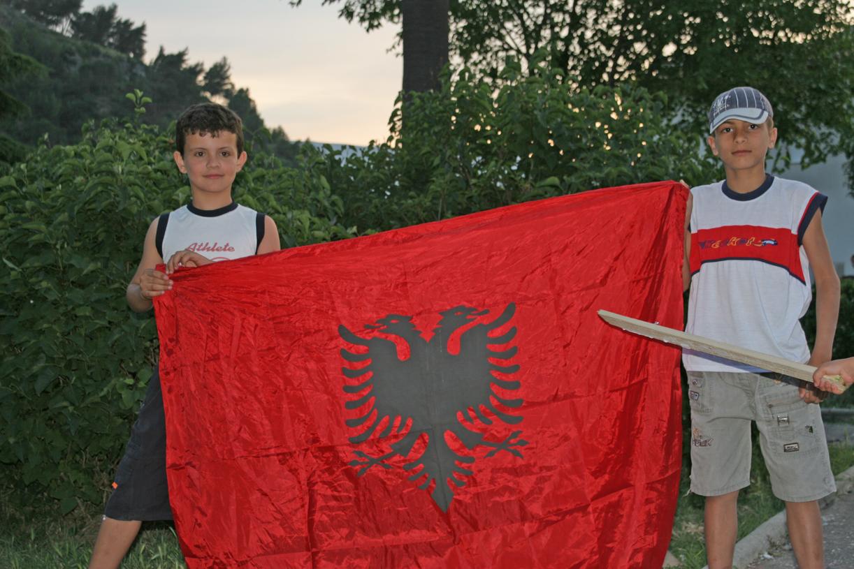 Barn det albanske flagget under valgkampen i Berati.
