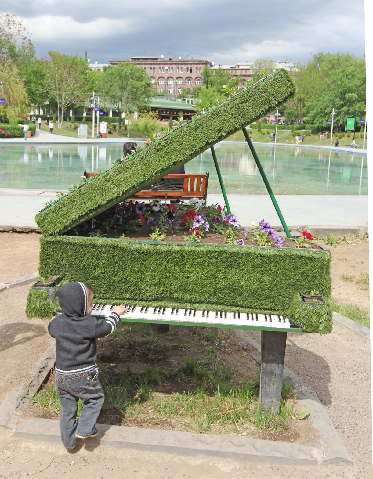 Ung pianospiller i Jerevan sentrum.