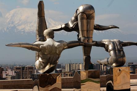 Mt. Ararat og Jerevan sett gjennom svømmeskulpturene på  kaskadtrappen