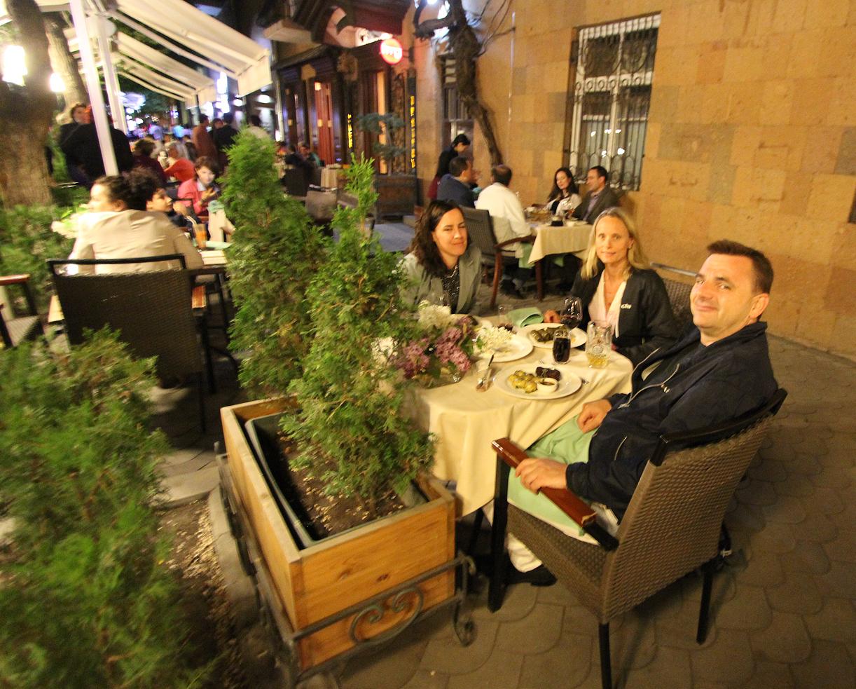 Restaurantene i Kaskad-området våkner til liv om kvelden.