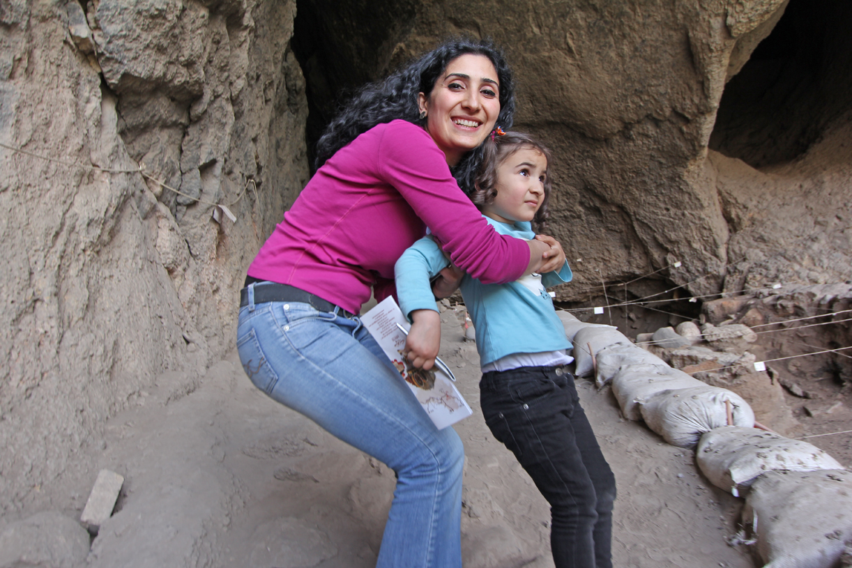 Guiden vår Saty og dattern foran Areni-hulen, hvor verdens eldste lærsko og vinproduksjon nylig ble funnet og dokumentert.