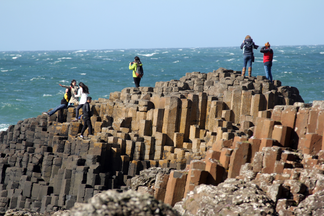 The Giant´s Causeway er en samling naturlige søyler langs stranden.