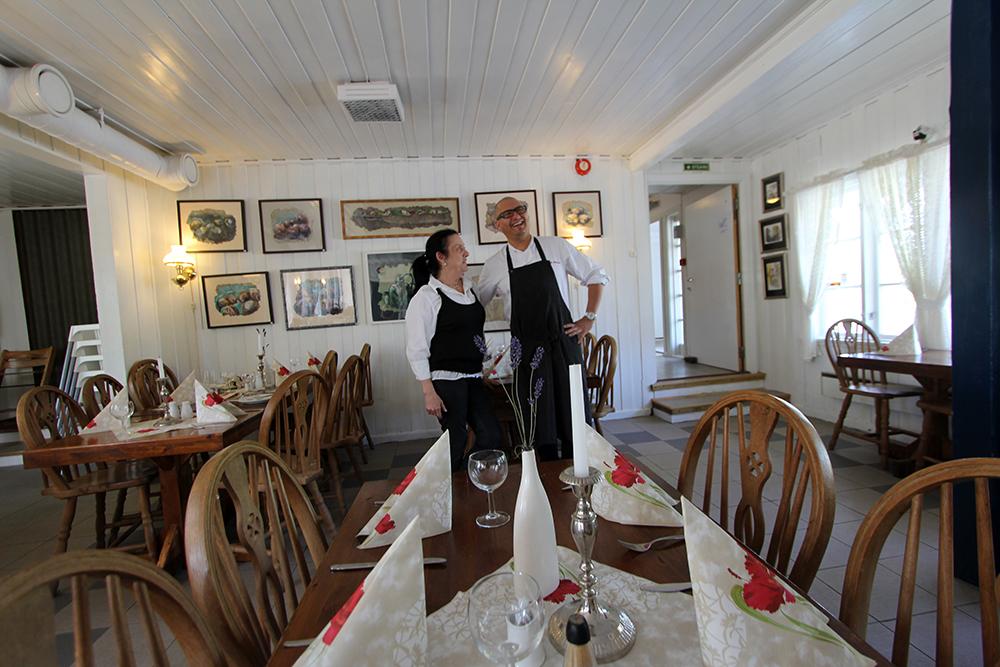 Innehaver Reidun Svennes og kokk Manolo Alarcon ved pensjonatet.