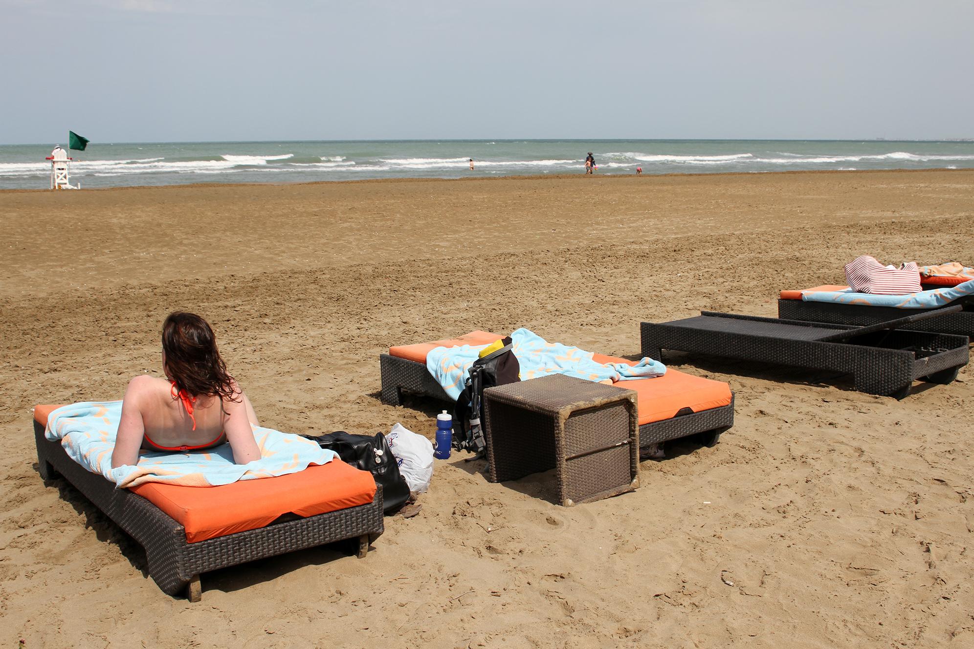Vi fikk solsenger og håndklær gratis, selv om vi ikke bodde på hotellet.